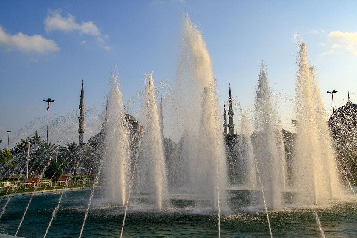 Стуи воды огромного фонтана на площади Султанахмет, если подойти к нему вплотную, достигают высоты минаретов Голубой мечети и даже взмывают выше.