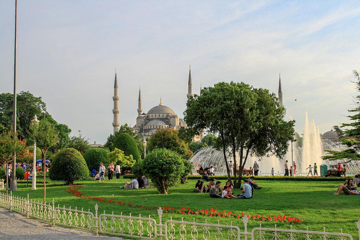 Голубая мечеть Стамбула, или мечеть Султанахмет, воздвигнута в противовес гораздо более древнему византийскому храму Святой Софии.