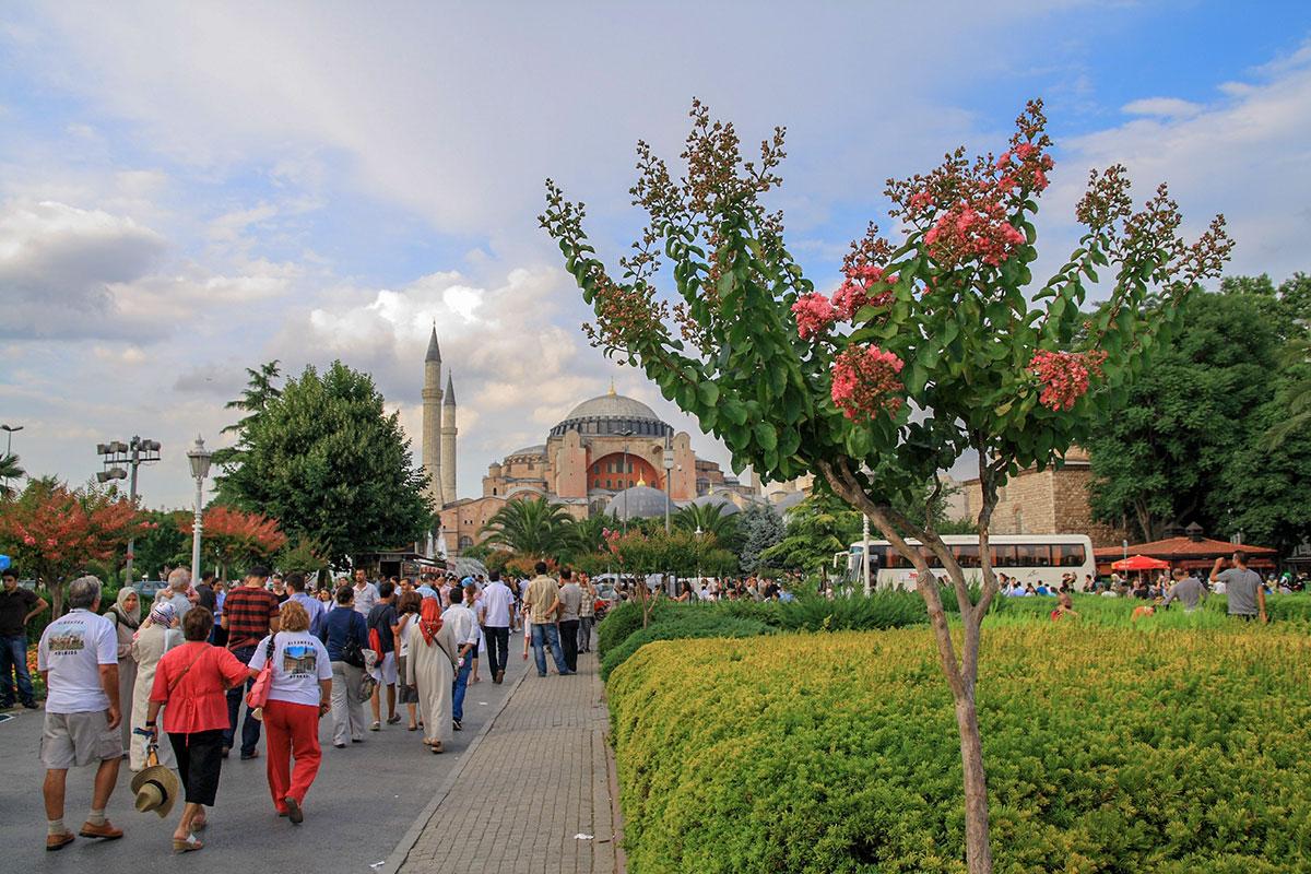 Построенный еще римским императором Юстинианом, христианский собор Святой Софии старше построенной неподалеку Голубой мечети на 1000 лет.