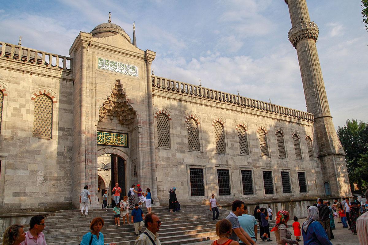 Парадный вход во внутренний двор Голубой мечети считается предназначенным для ее прихожан и молящихся, но никто никого не отправляет к боковому входу.