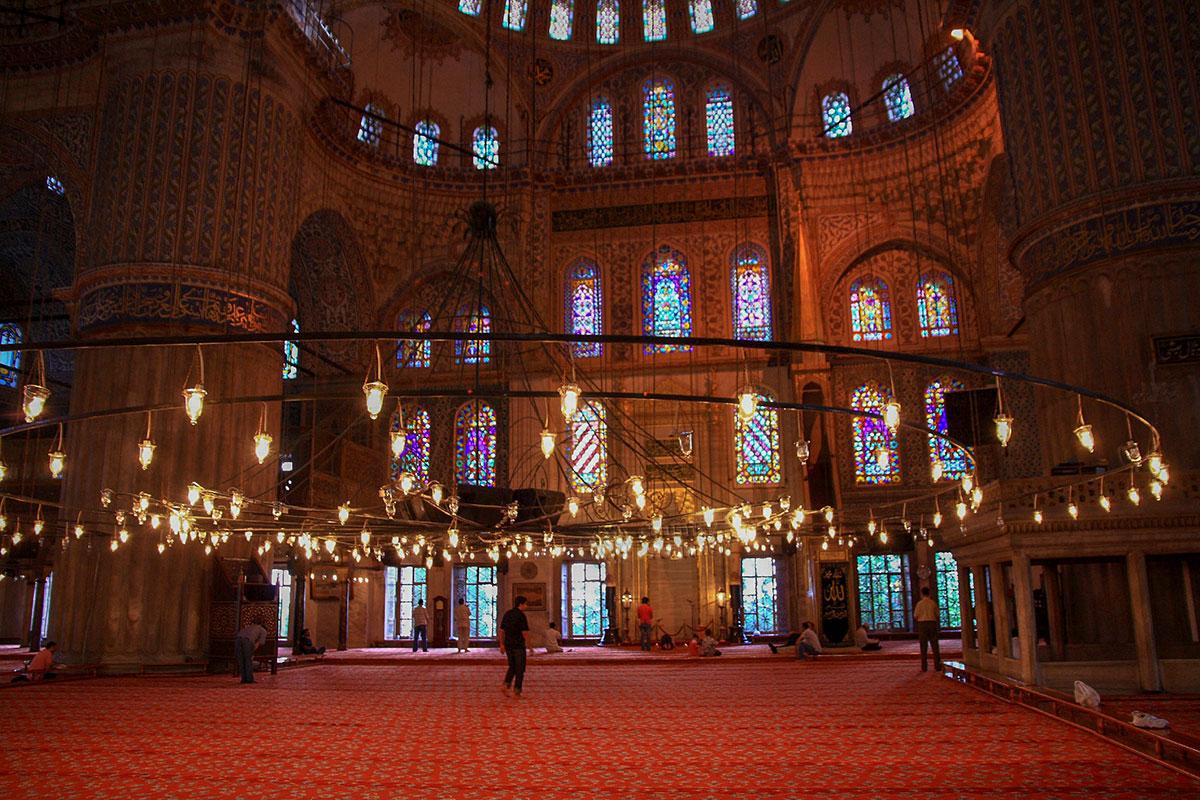Во внутреннем облике Голубой мечети прежде всего бросаются в глаза массивные опорные столбы, цветные витражи окон и высокий минбар для проповедей.