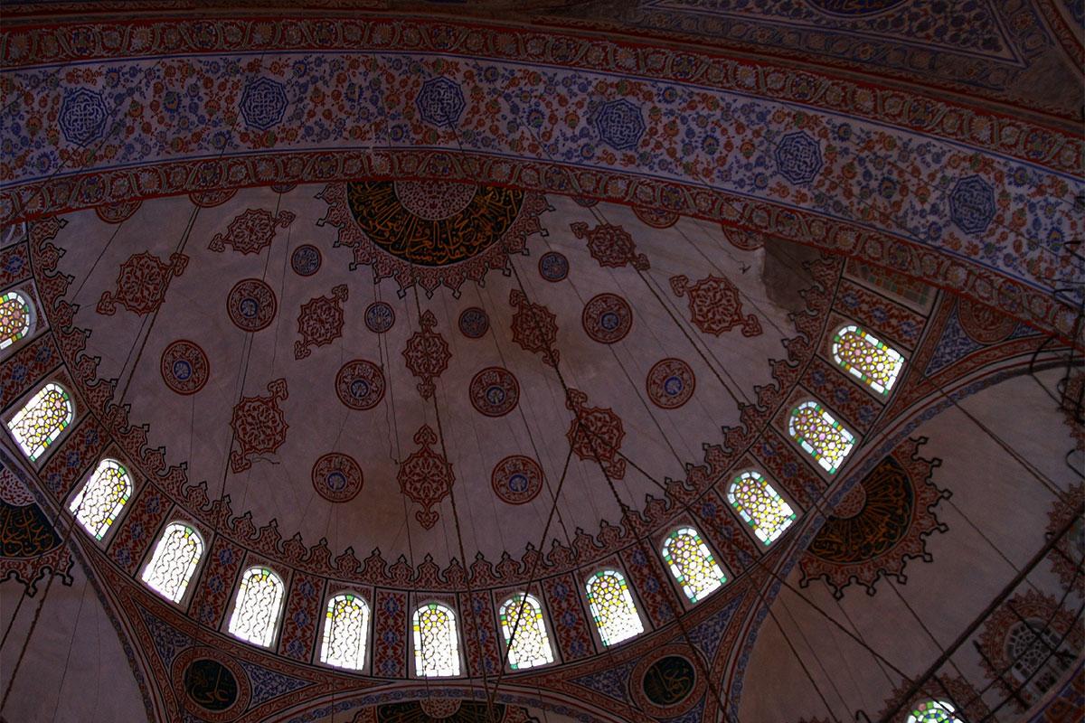 Купольные росписи стамбульской Голубой мечети, по мусульманской традиции, основаны на флористических и геометрических орнаментах.