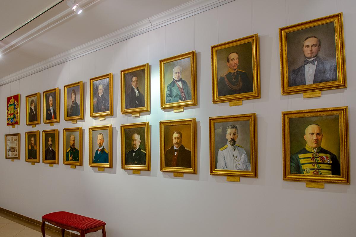 Галерея портретов бывших руководителей Губернаторского дома в Пензе непосредственно соседствует с нынешней областной эмблемой.