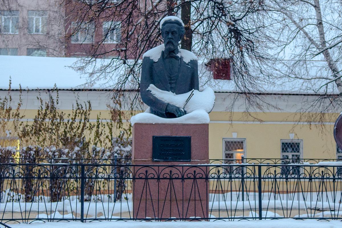 Автор памятника Савицкому возле Губернаторского дома в Пензе, Елена Преображенская, до установки не дожила из-за долгого выбора места.
