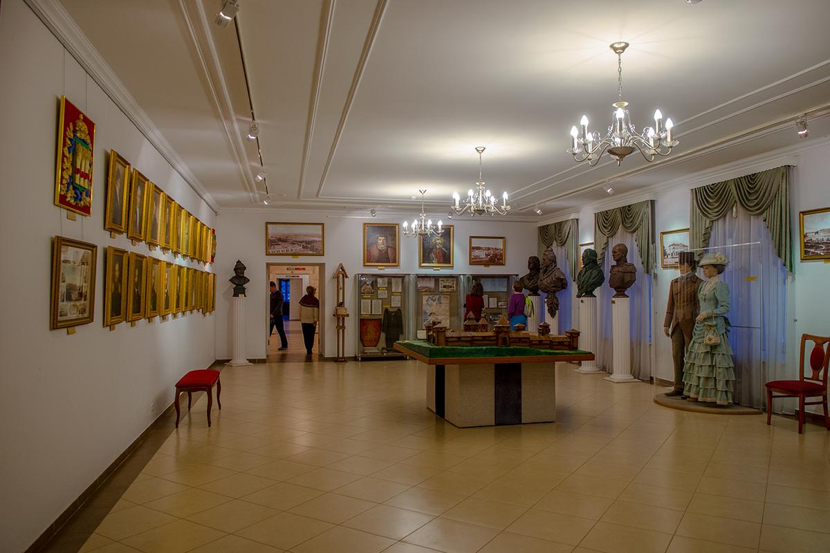 Украшениями парадного зала на первом этаже Губернаторского дома в Пензе являются портреты губернаторов, крестьянских вождей Пугачева и Разина.