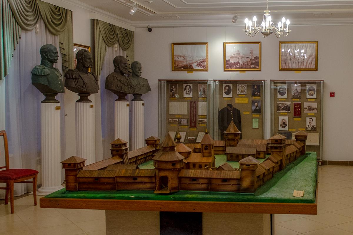 Среди экспонатов Губернаторского дома в Пензе – макет острога, с которого начинался город, и коллекция бюстов правителей России из династии Романовых.