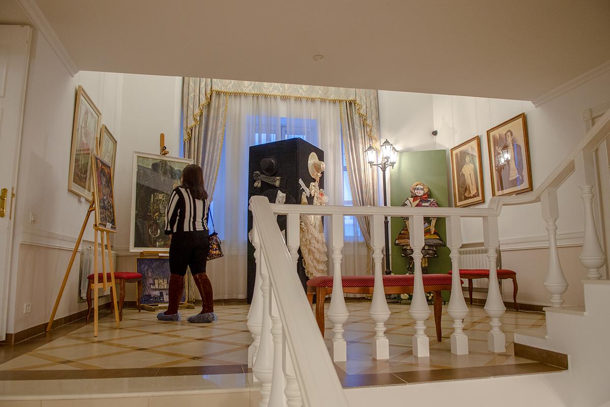 Лестничная площадка второго этажа здания Губернаторского дома в Пензе используется как полноправная выставочная площадь музейной экспозиции.