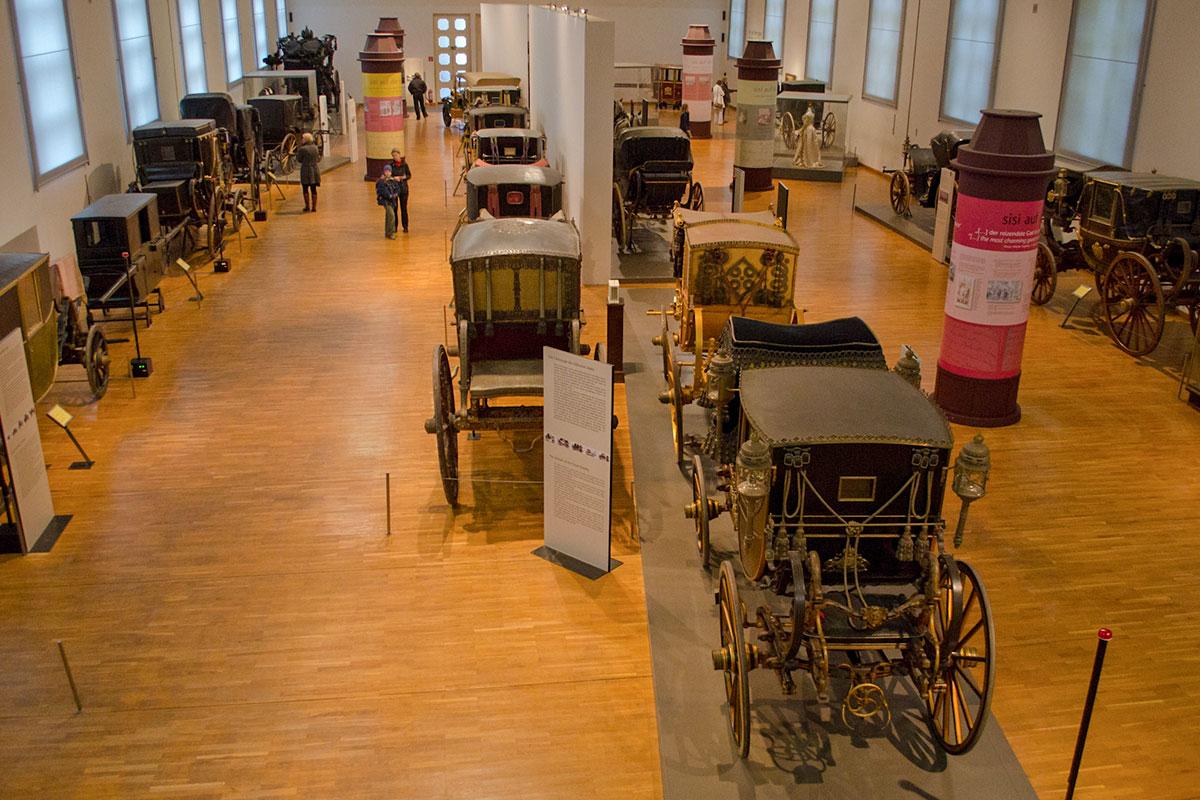 Над расстановкой экспонатов по выставочной площади музей карет особенно не размышлял, взяв за основу линейный способ показа.