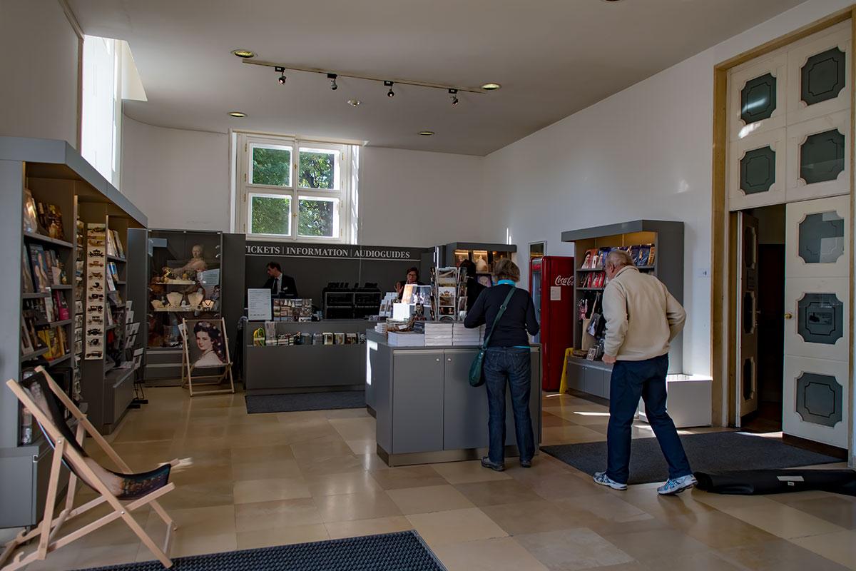 Музей карет в дворцово-парковом ансамбле Шенбрунн принимает посетителей в компактном вестибюле, здесь и продажа билетов, и изобилие сувениров.