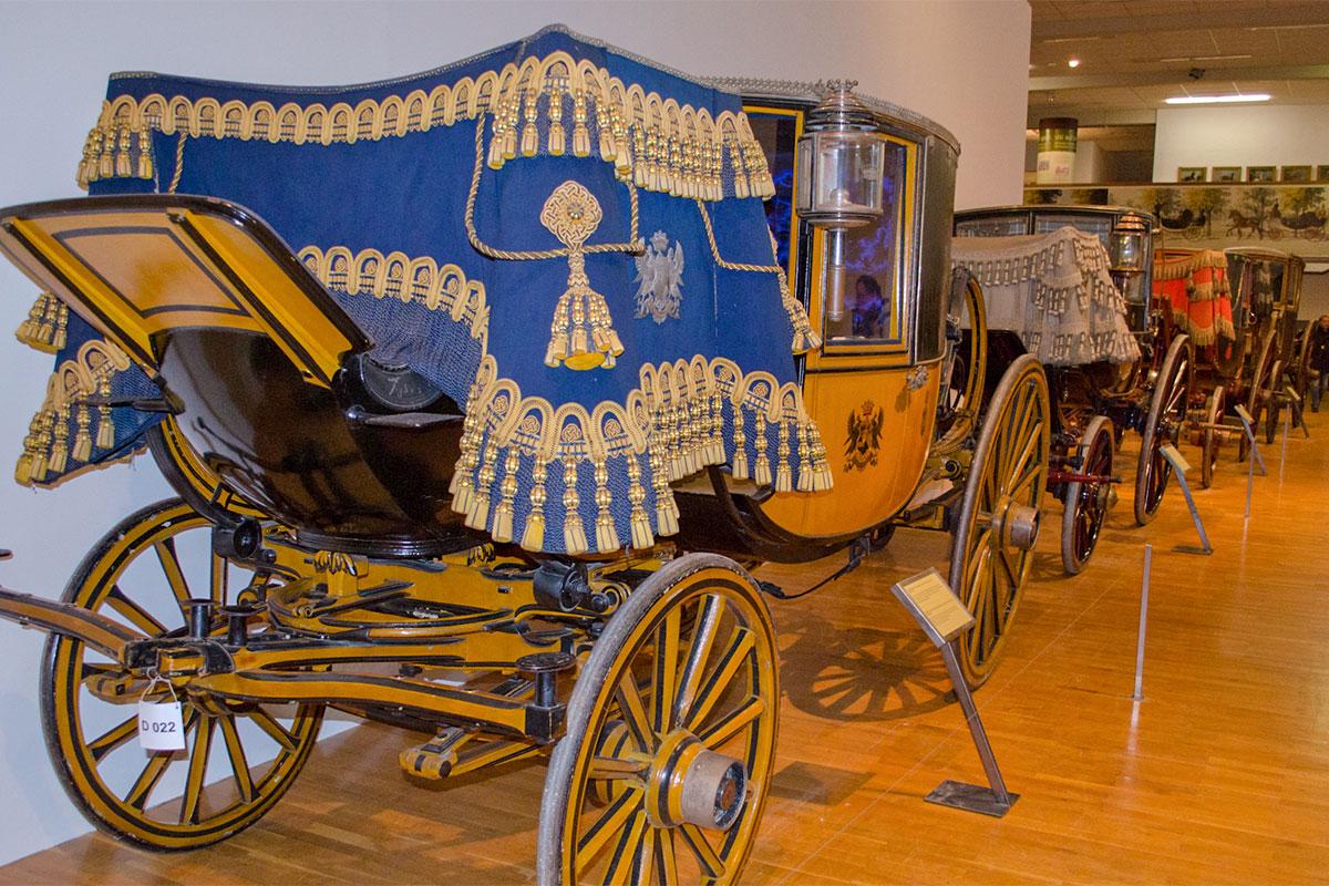 Главными экспонатами музей карет представляет разнообразные конные экипажи, но при внимательном осмотре найдется еще много интересного.