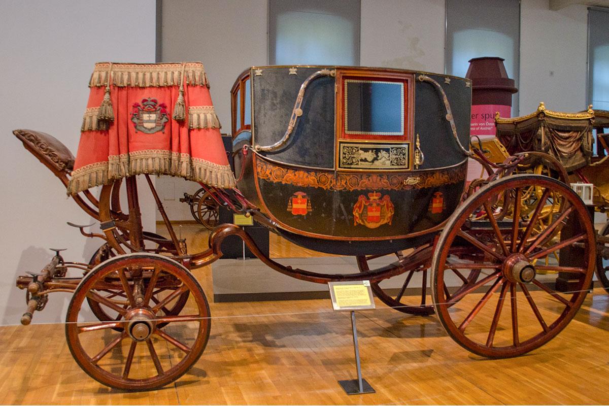 К выставленным экипажам музей карет позволяет подходить достаточно близко, можно рассмотреть в подробностях все детали устройства.