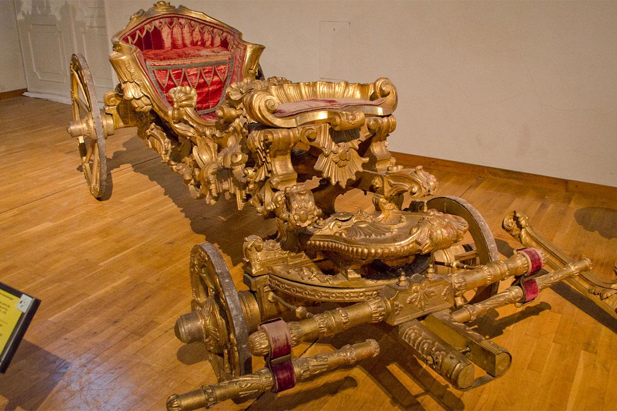 Некоторые экспонаты, представляемые музеем карет, полностью выполнены из деревянной резьбы, подлинные произведения прикладного искусства.