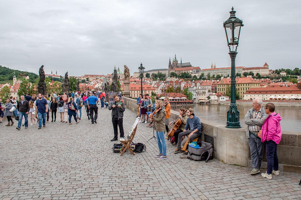 Подобно московскому Старому Арбату. Карлов мост в Праге тоже собирает множество туристов и торговцев, музыкантов и художников.