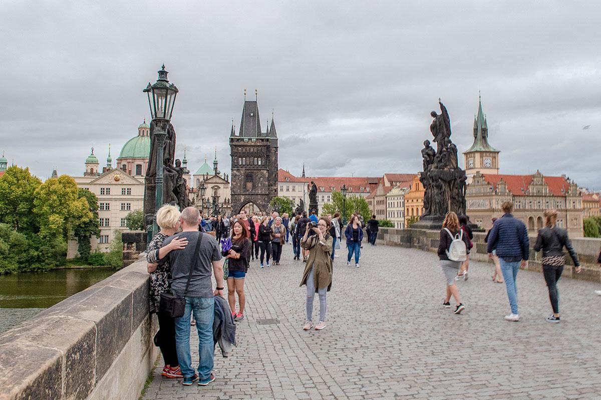 На обратном пути при посещении Карлова моста туристы осматривают достопримечательности, не замеченные или недооцененные первоначально.