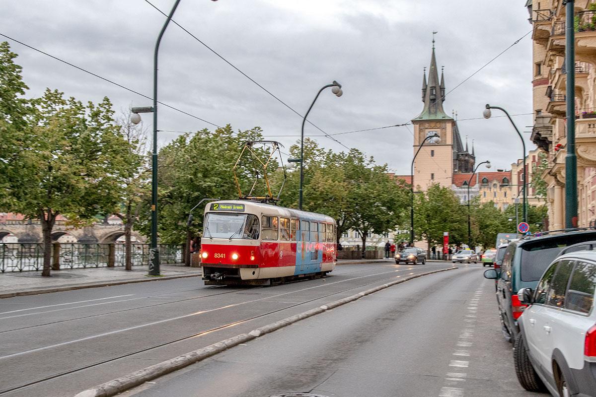 Раньше под конку и электротранспорт в виде трамвая использовали и пражский Карлов мост, теперь это пешеходная территория вроде Старого Арбата.