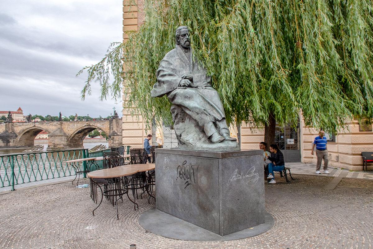 Памятник знаменитому музыканту Бедржиху Сметане установлен поблизости от его музея, занявшего здание водопроводной станции королевских бань.