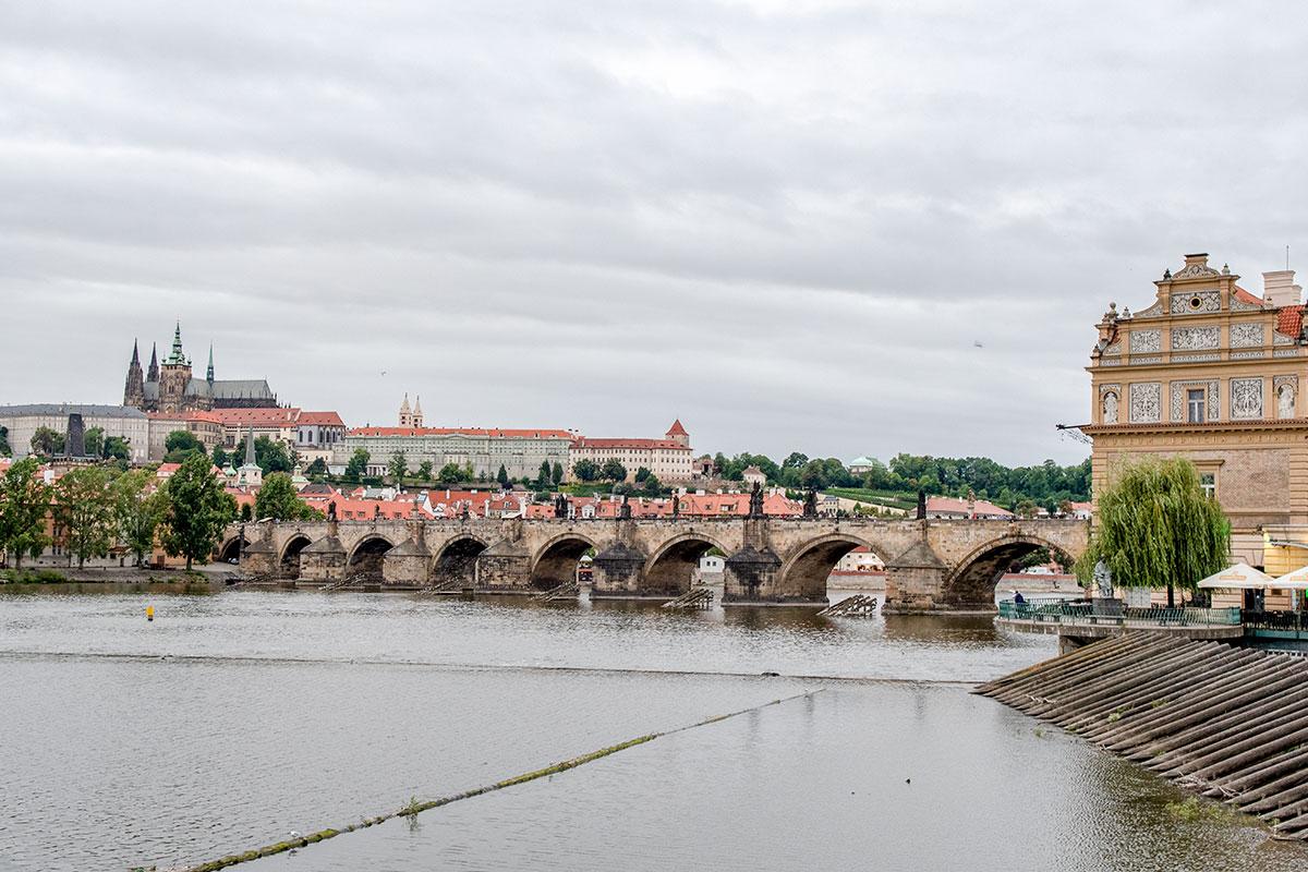 Сооружая Карлов мост, строители знали о буйном нраве Влтавы и предусмотрели достаточно мощные опорные конструкции с защитой от весенних льдин.