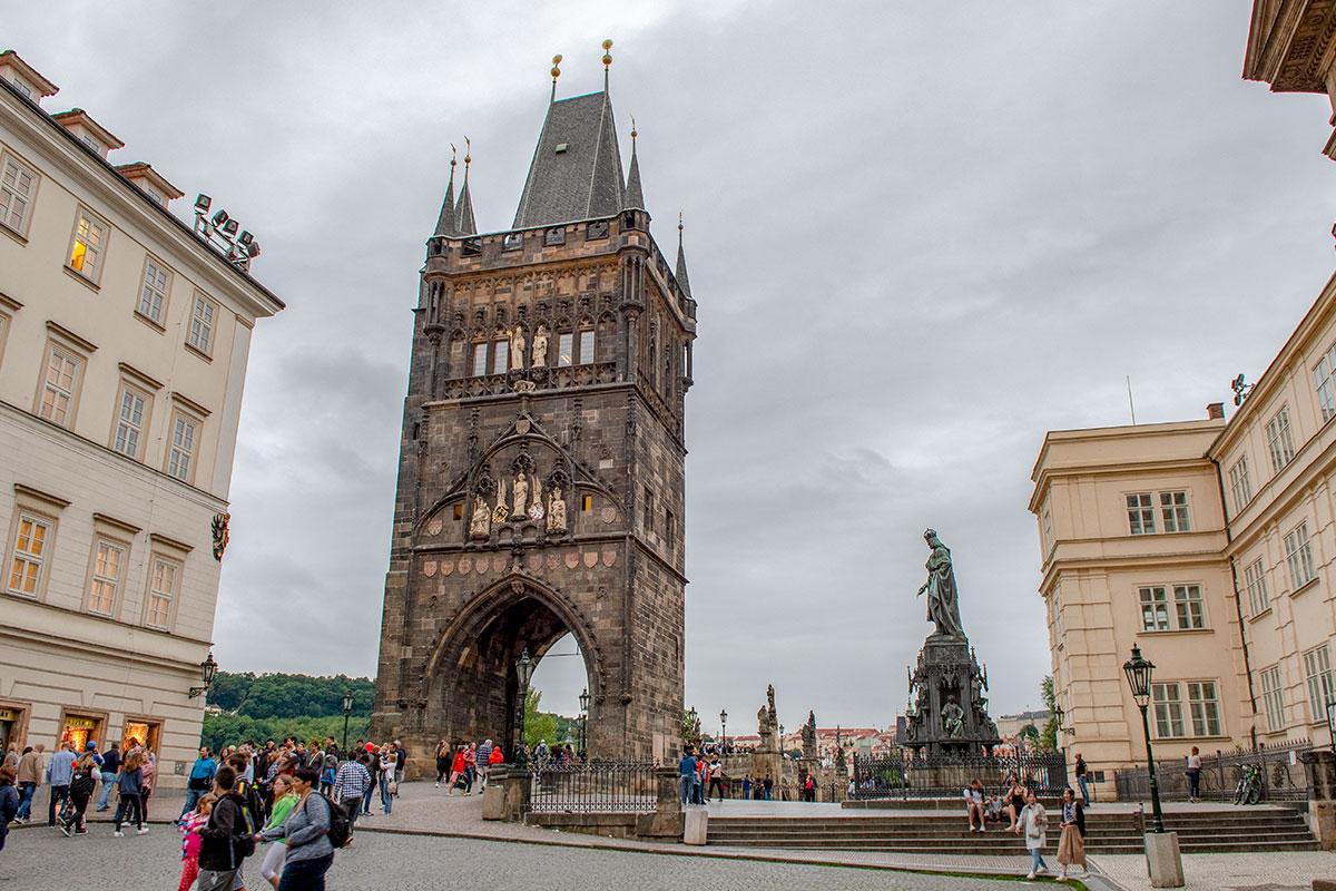 Староместная башня Карлова моста была задумана его основателем как триумфальная арка для коронационной процессии, соответственно украшена.