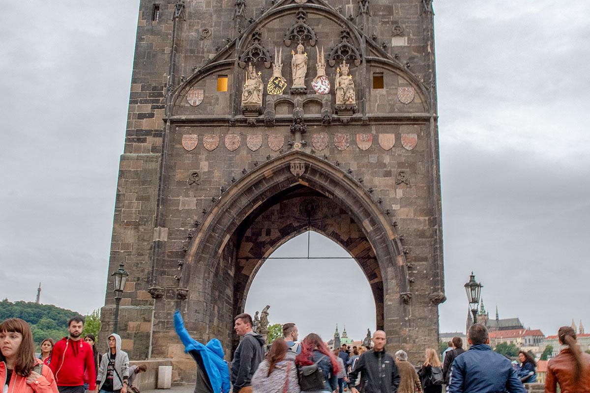 Кроме святых покровителей Чехии на верхнем ярусе, Староместная башня Карлова моста украшена скульптурами святого Витта, самого Карла и его сына.