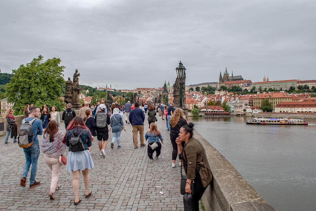 Все 16 опор Карлова моста с обеих сторон украшены скульптурами религиозной тематики, он стал настоящим музеем под открытым небом.