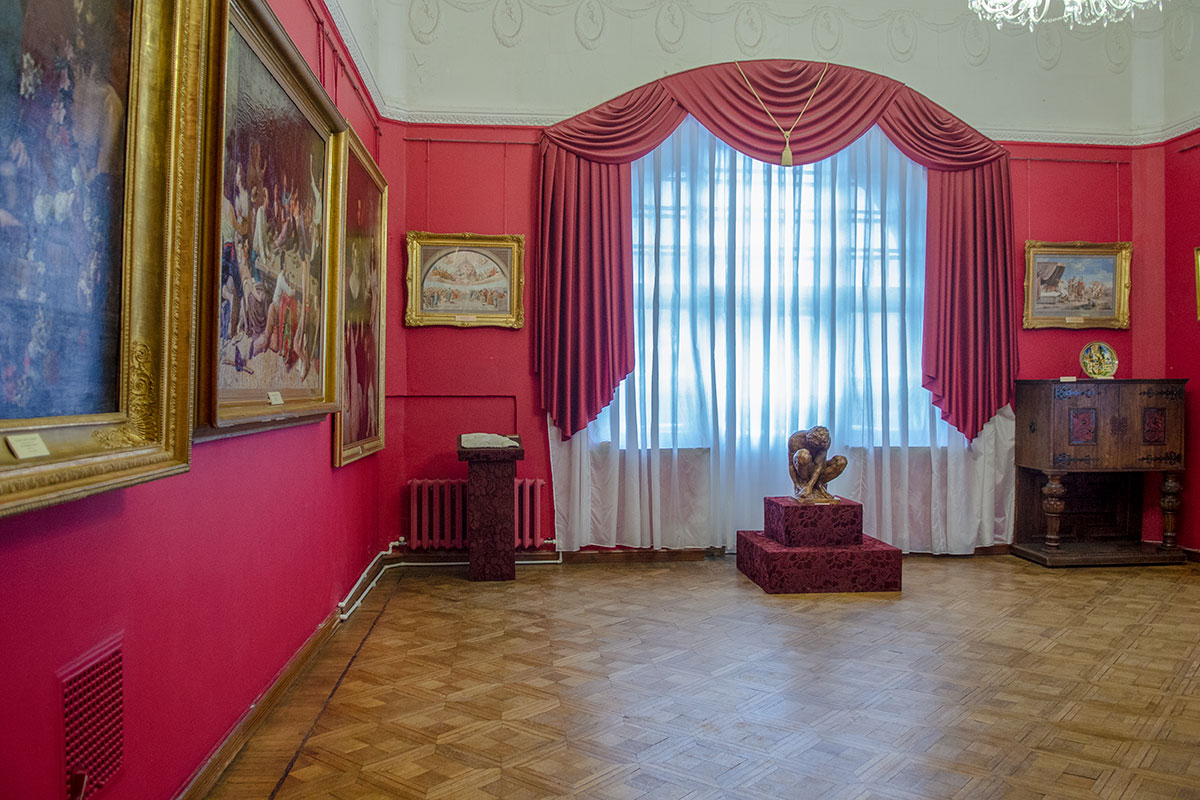 Одна из немногих копий, выставленных в картинной галерее имени Савицкого, - статуэтка Микеланджело, Скорчившийся мальчик, оригинал ее – в Эрмитаже.