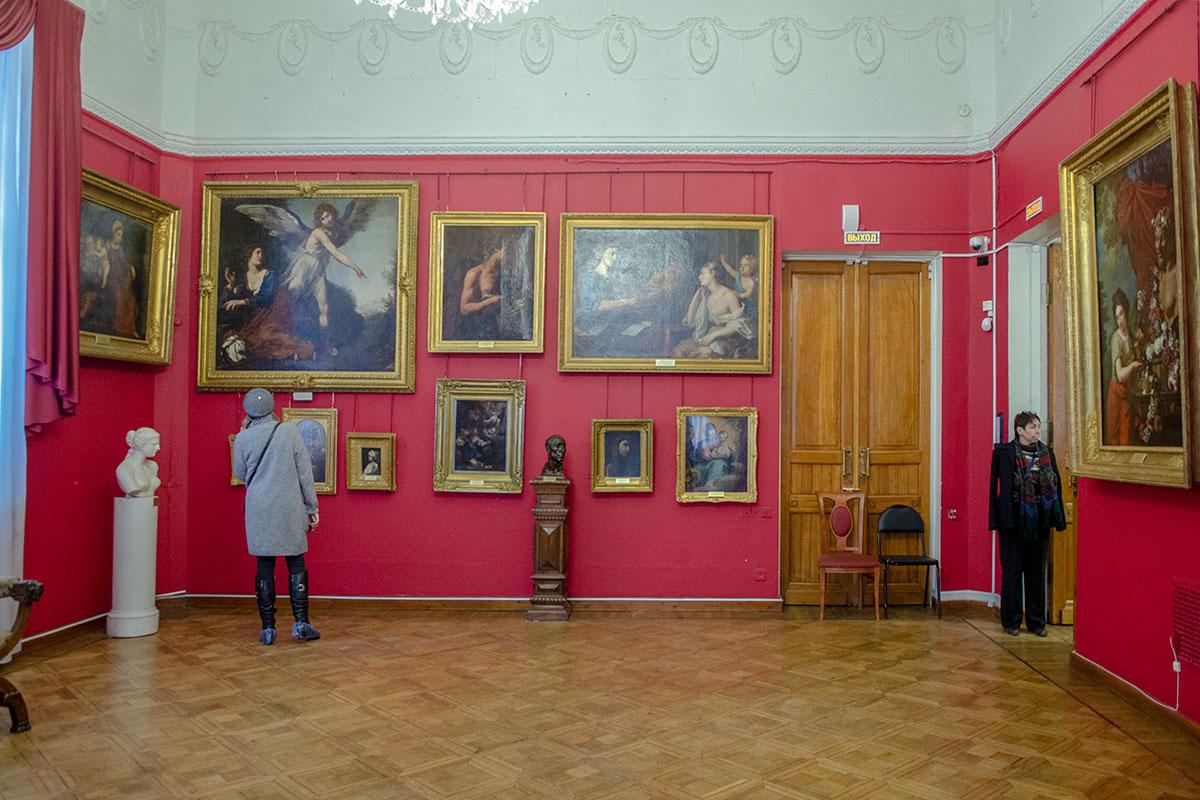 Среди выставленных в картинной галерее имени Савицкого живописных полотен есть миниатюры, средние и крупные по габаритам произведения.