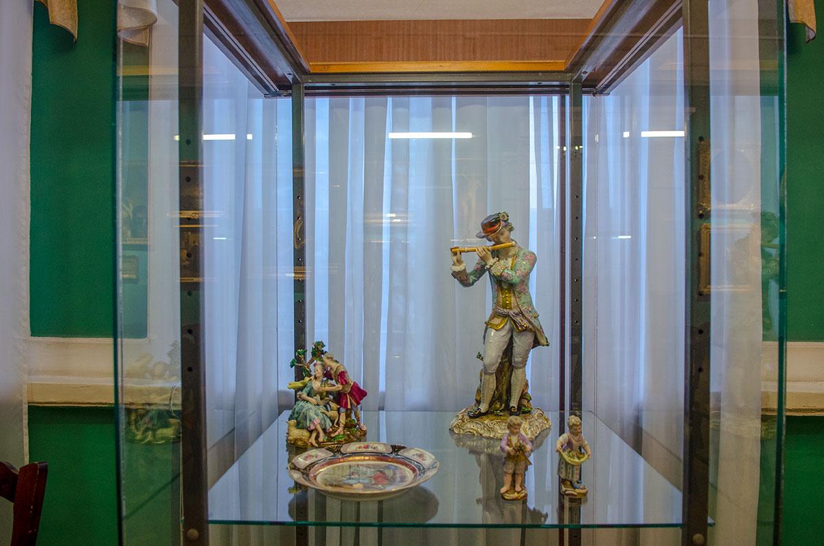 Наряду с живописными полотнами российских и западноевропейских мастеров, картинная галерея имени Савицкого выставляет и шедевры прикладного искусства.