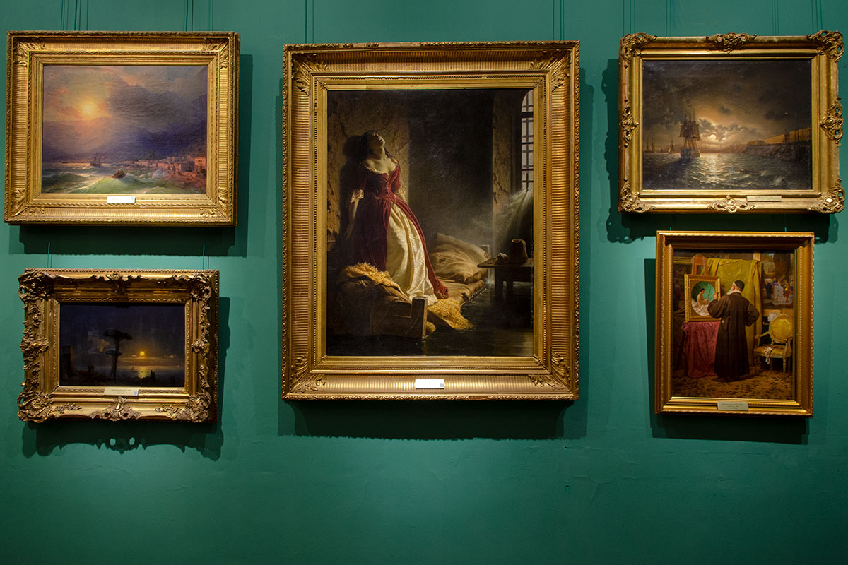 Большинство художественных произведений, выставленных в картинной галерее имени Савицкого, являются авторскими оригиналами, о Княжне Таракановой сказано особо.