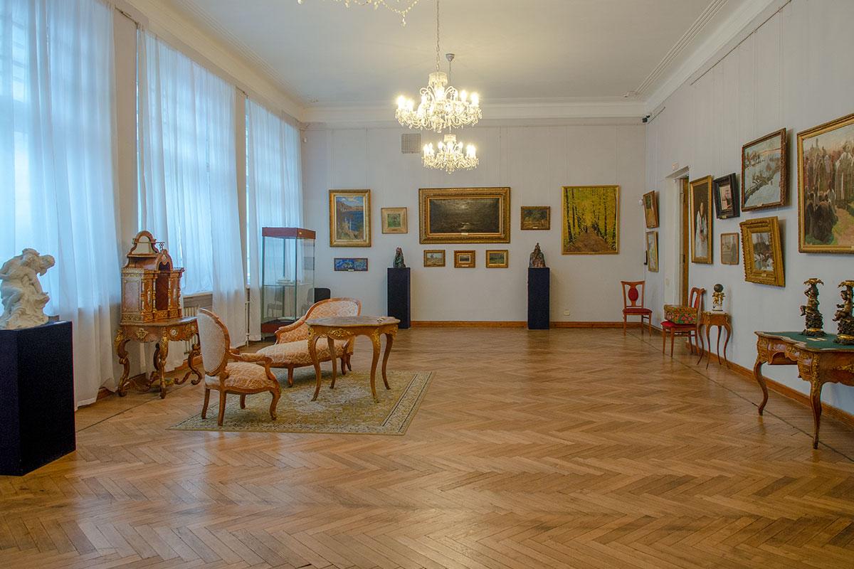 Представленные в галерее имени Савицкого образцы мебельного мастерства зачастую вызывают у посетителей не меньший интерес, чем картины.