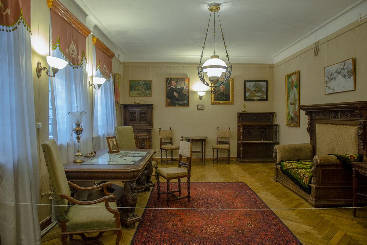 Творчеству бывшего многолетнего преподавателя, директора военных годов Горюшкина-Сорокопудова картинная галерея имени Савицкого посвятила отдельный раздел.