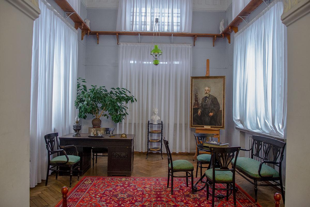 Картинная галерея имени Савицкого символически воссоздает обстановку кабинета первого директора, в этом здании появиться не имевшего возможности.
