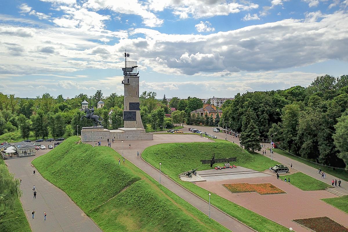 Монумент Победы в Великом Новгороде расположен в Кремлевском парке, неподалеку от прохождения линии фронта Великой Отечественной войны.