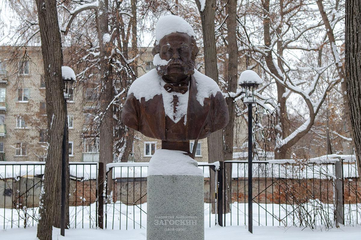 Сквер около пензенского музея народного творчества стал местом установки памятника уроженцу города, исследователю Аляски Лаврентию Загоскину.