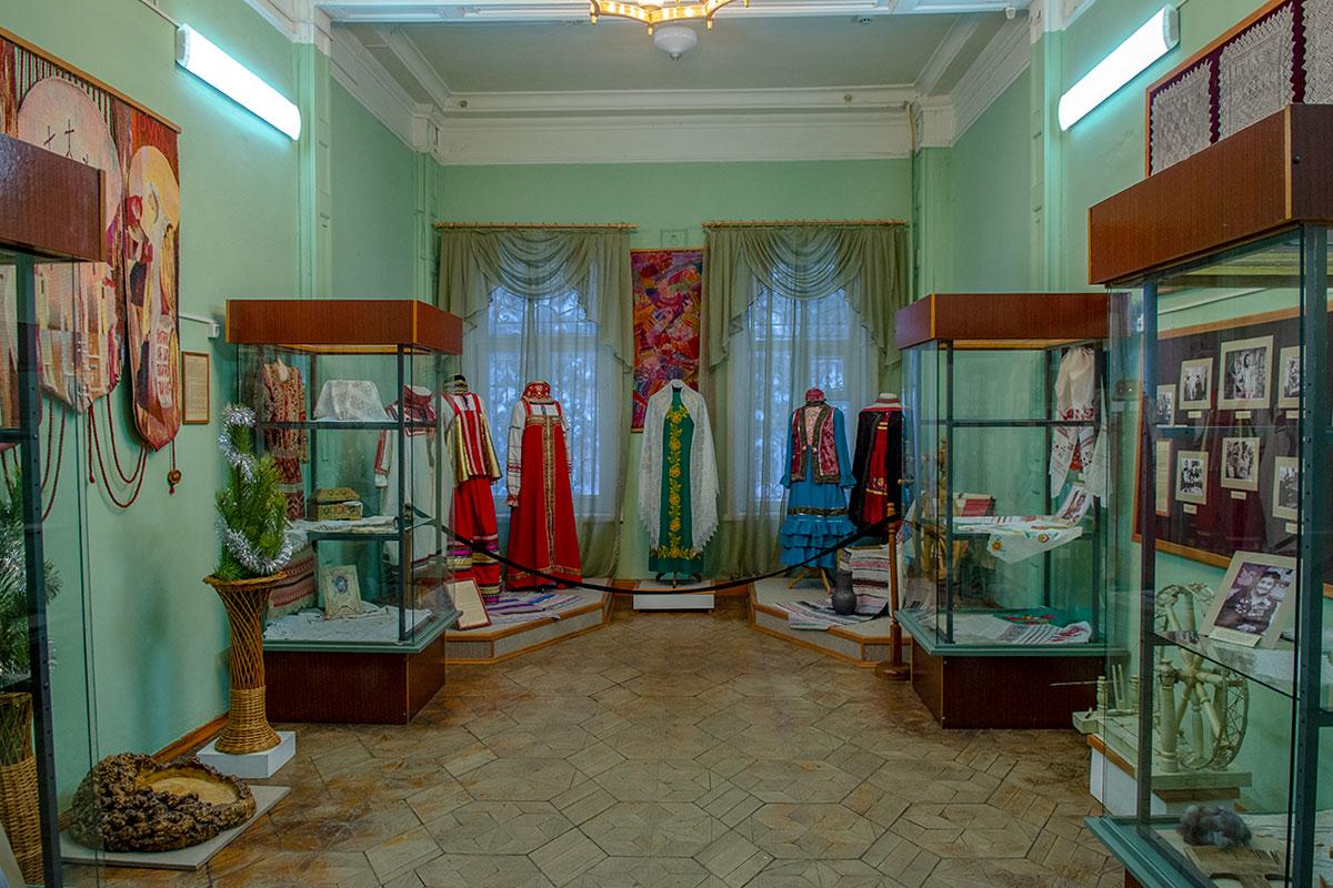 Традиционные национальные костюмы, другие изделия из тканей пензенский музей народного творчества демонстрирует в отдельном помещении.