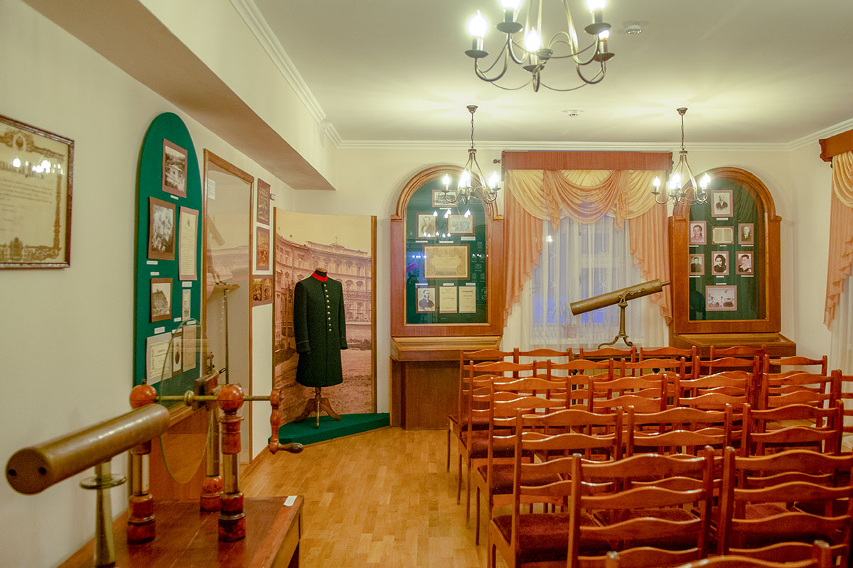 Учебный класс Дворянского института в Пензе, восстановленный в музее Ульянова, сохраняет приборы метеорологии, физики и астрономии.