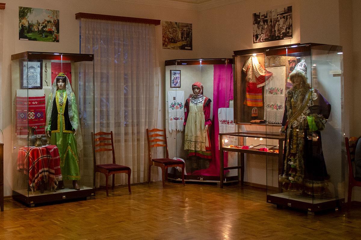 Среди экспонатов из пензенского краеведческого, музей Ульянова получил и экспонирует манекены в национальных костюмах обитателей региона.