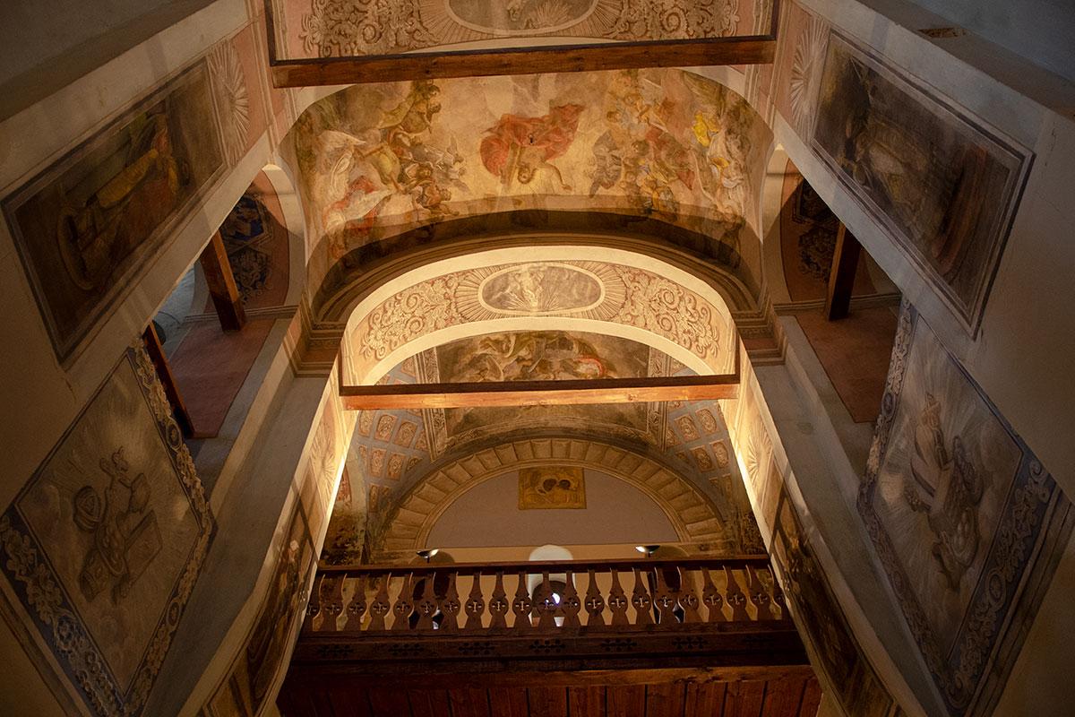 Частично наиболее поздние росписи Николо-Дворищенского собора при реставрации удалось сохранить, они до сих пор выглядят замечательно.