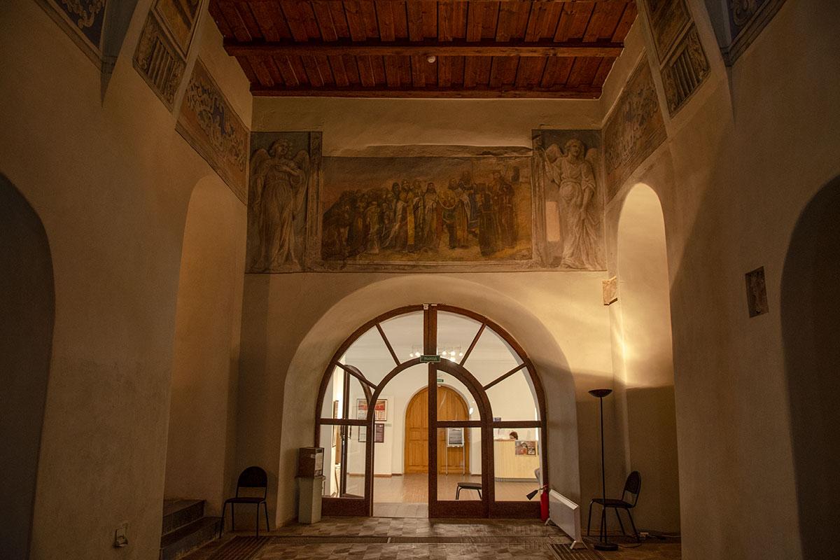 Наибольший интерес посетителей Николо-Дворищенского собора вызывает роспись Принесение круглой иконы святого Николы в Новгород на стене под хорами.