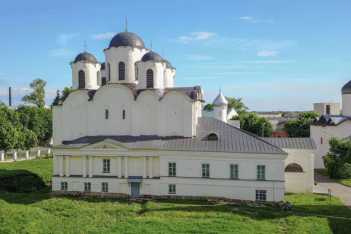 Северная стена Николо-Дворищенского собора имеет пристройку XIX века, напоминающую парадный фасад аристократического особняка.