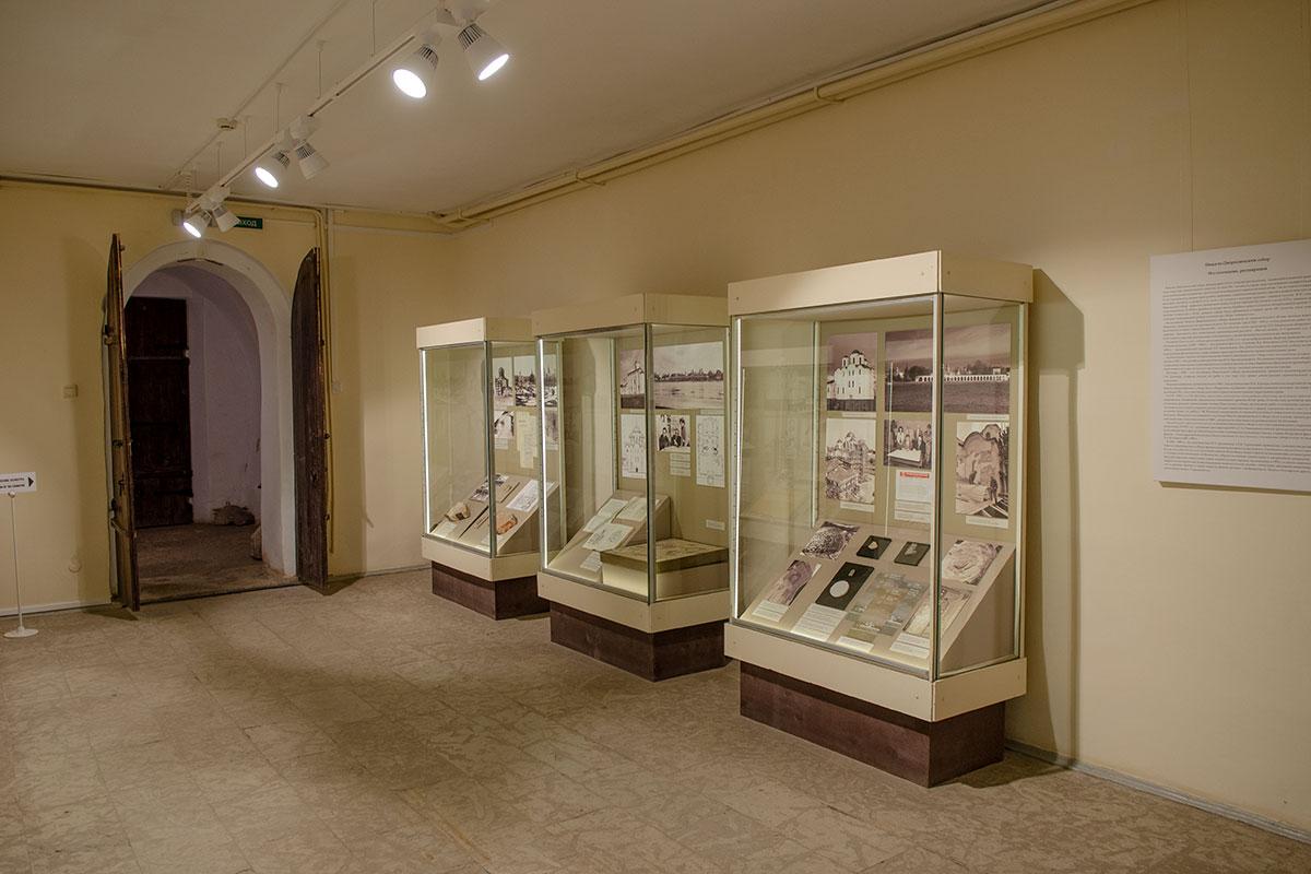 Переданный в музейное ведение в ходе хрущевских религиозных притеснений 1962 года, Николо-Дворищенский собор представляет экспозицию о собственной истории.