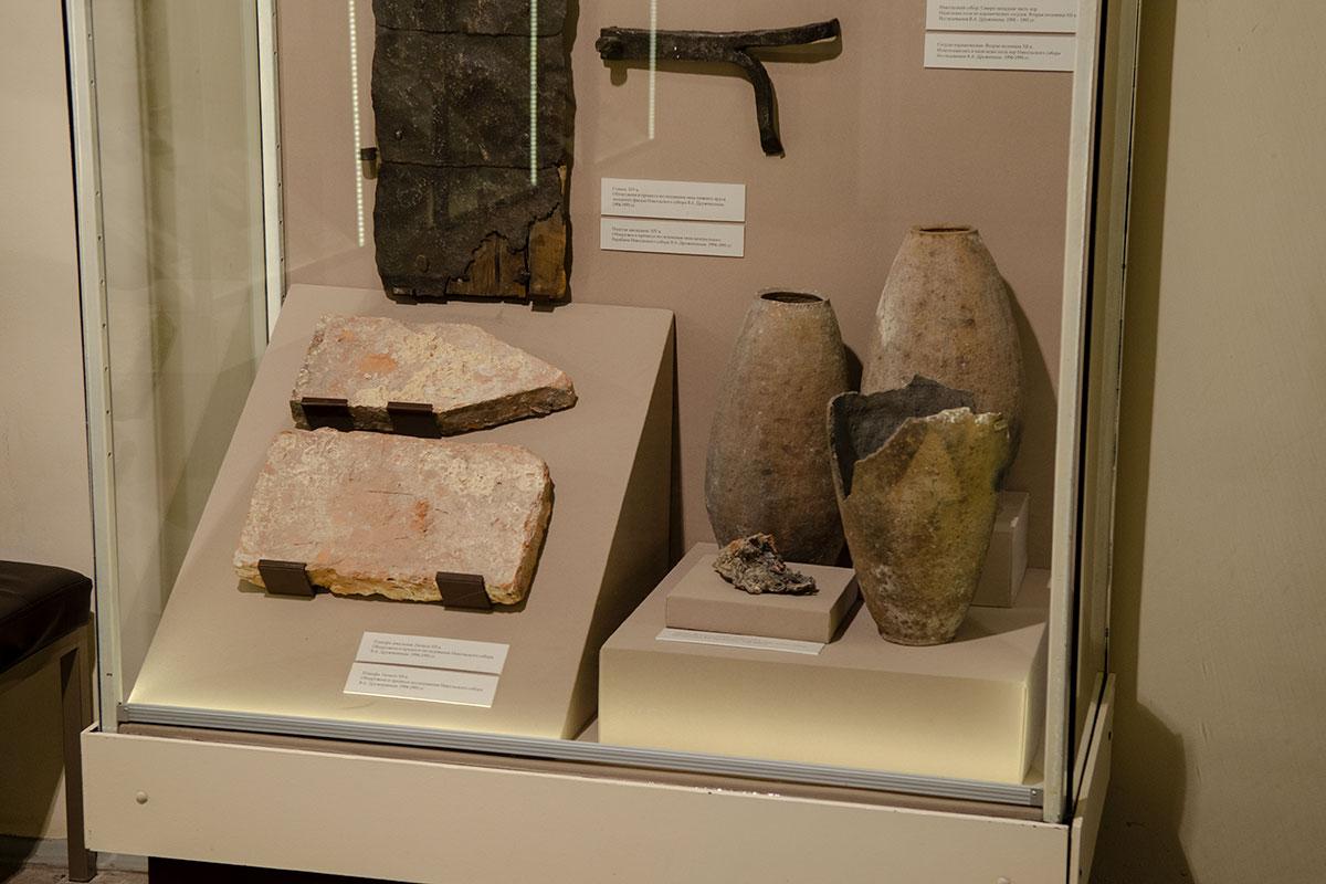 Найденные при работах по реконструкции Николо-Дворищенского собора древнейшие изделия и их фрагменты выставлены на обозрение посетителей.