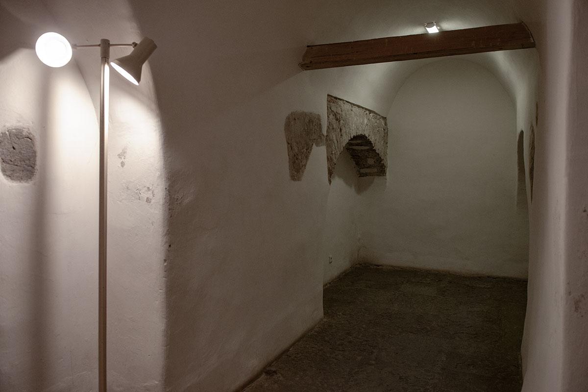 В арочных коридорах Николо-Дворищенского собора оставлены без отделки некоторые участки, представляющие интерес в плане состояния и способа кладки.