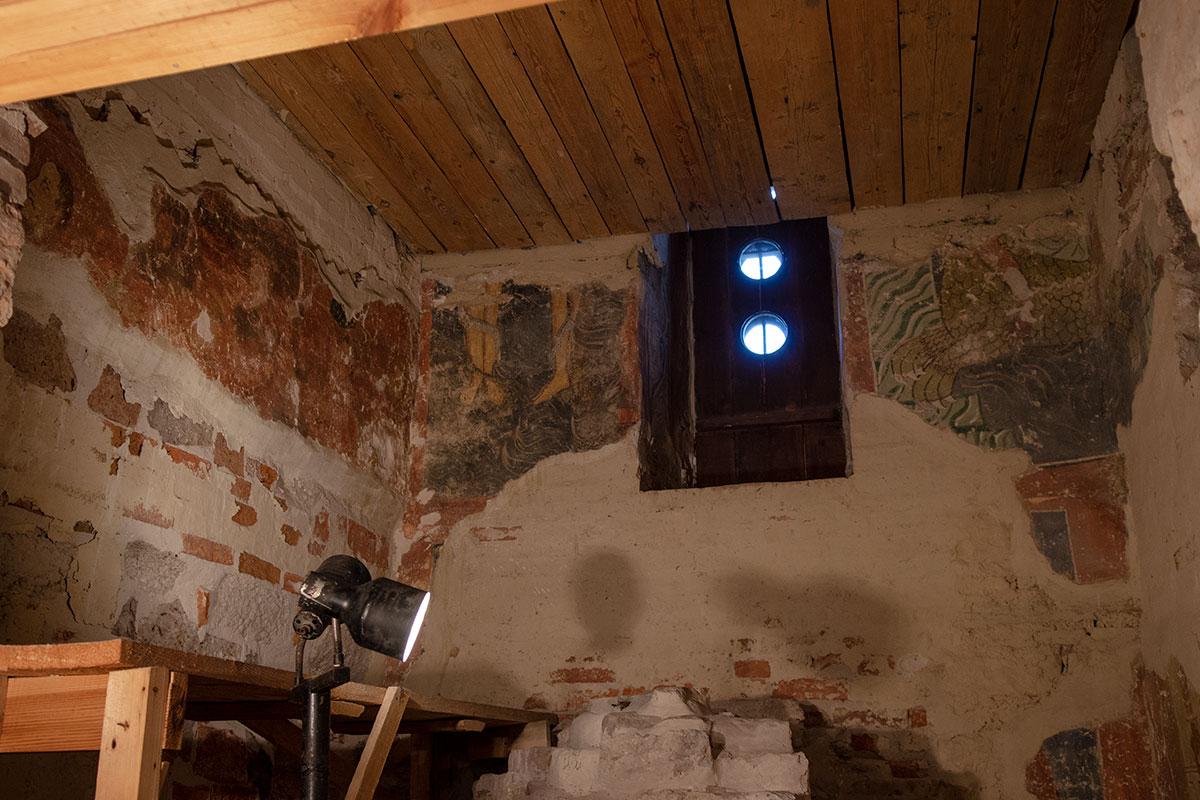 Николо-Дворищенский собор сохраняет уцелевшие фрагменты древнейшего в России изображения сюжета Страшного суда, скрытые пристроенной лестницей.