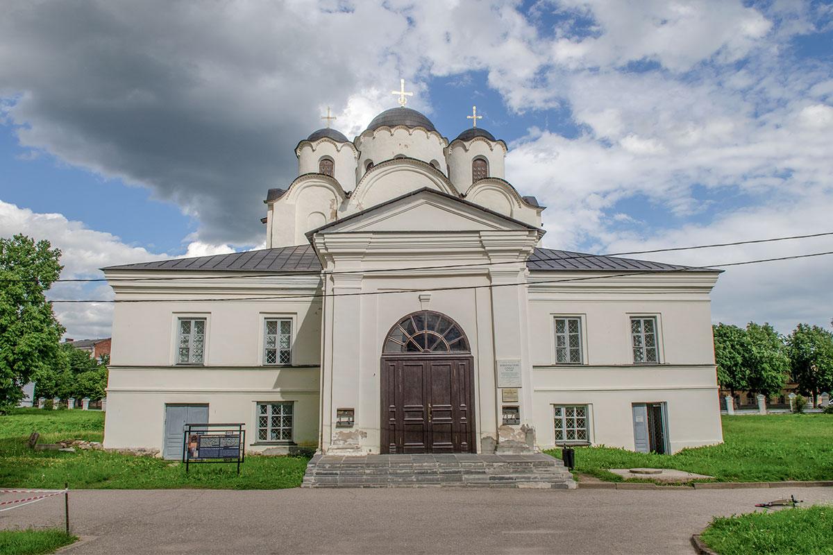 Заметная отличительная черта Николо-Дворищенского собора – его внушительный притвор, вмещавший первоначально княжеские помещения.