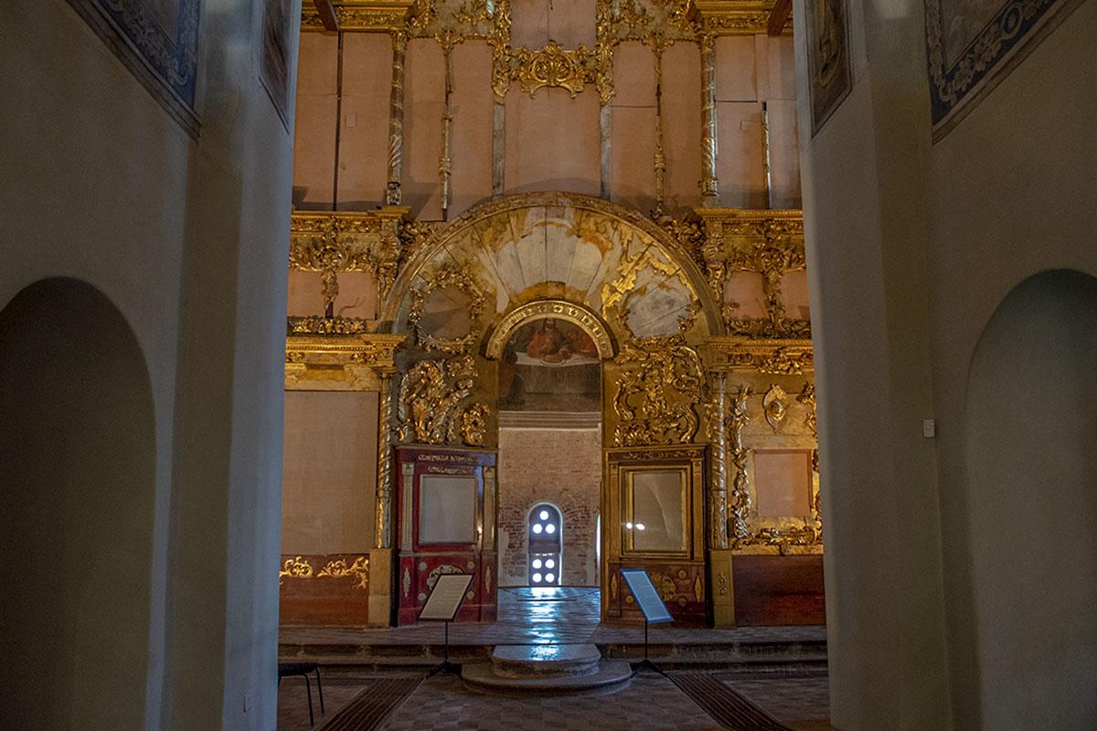Практически отсутствующим внутренним убранством, удаленной штукатуркой Николо-Дворищенский собор первоначально ошеломляет своих посетителей.