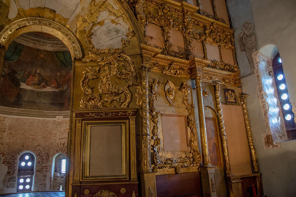 Многочисленные световые проемы в стенах и барабанах Николо-Дворищенского собора закрыты щитами, уменьшающими освещенность для сохранения фресок.