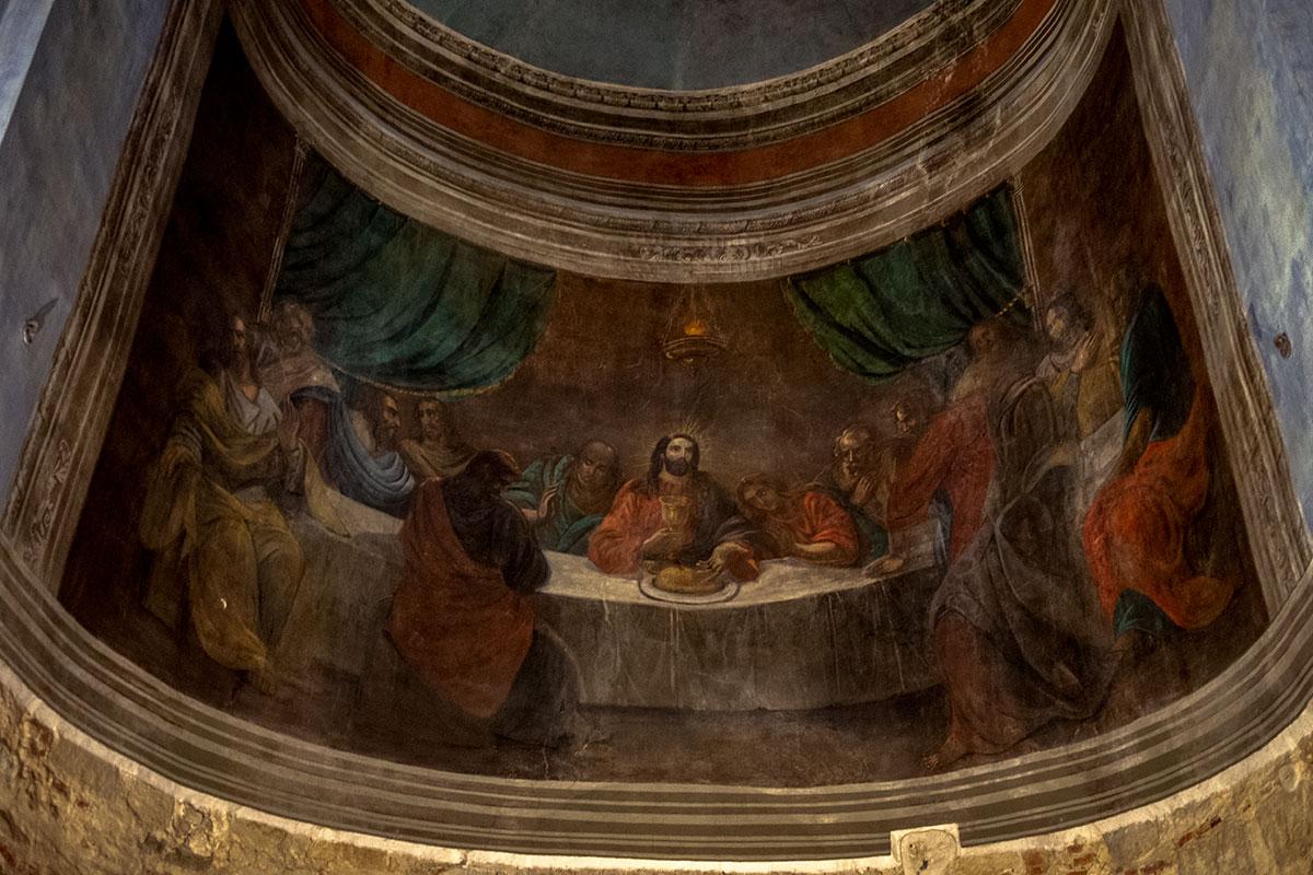 Среди росписей XIX века, украшающих Николо-Дворищенский собор, есть и библейский сюжет Тайной вечери, отличающийся от росписи Леонардо в Риме.