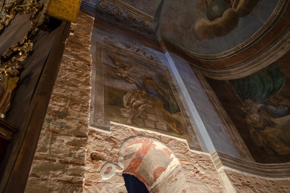 При проведении реставрационных работ Николо-Дворищенского собора важно было убедиться в надежности конструктивных элементов, не удаляя полностью росписи.