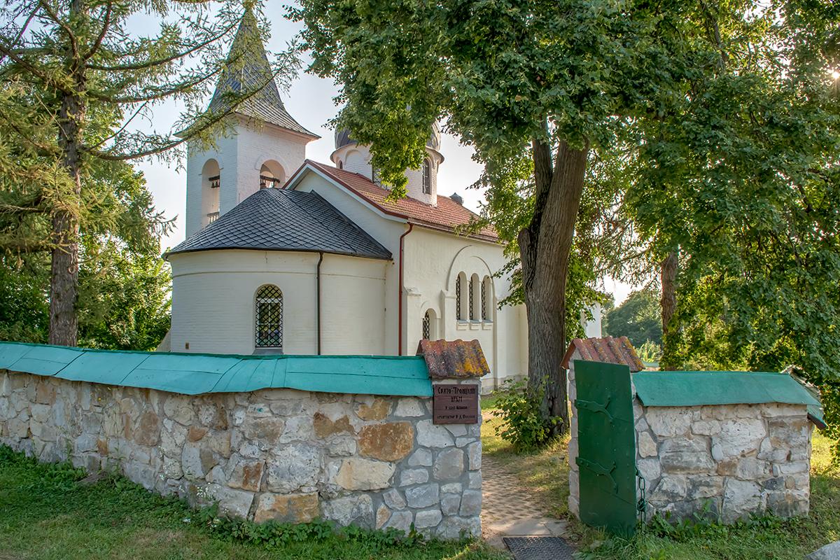 Вход в Свято-Троицкий храм в Бехово украшен табличкой, на которой знаменитый пейзажист вполне справедливо назван его архитектором.