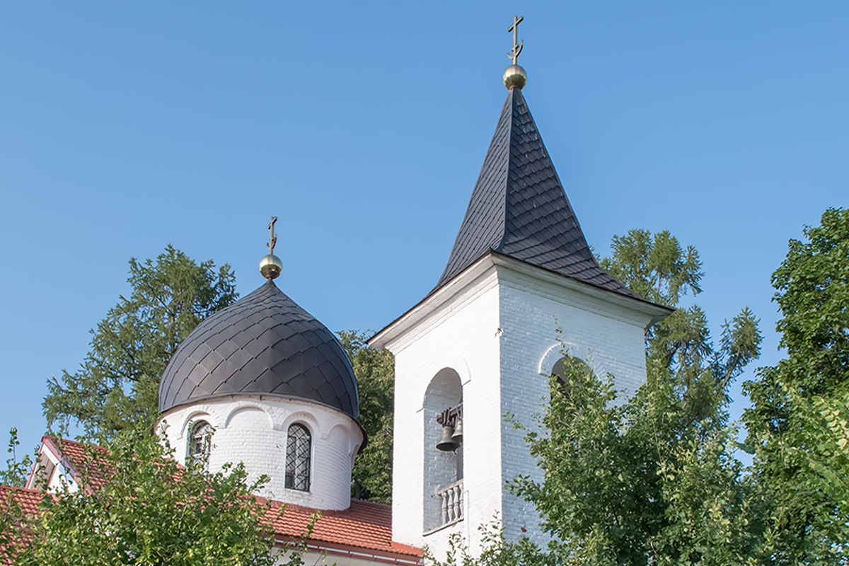 Архитектурно поленовский храм в Бехово объединяет черты древних теремов, новгородских соборов и готических европейских церквей.